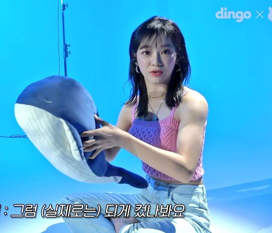 在歌曲《Whale》的MV幕後花絮中,可以看到金世正穿著粉色小可愛上衣,露出精