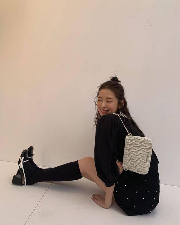 穿上整身Miu Miu的黑白色系服裝,紮起可愛的半丸子頭,Arin散發出活潑少女