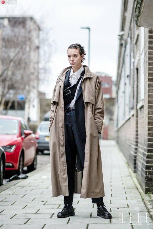 Nếu muốn trông sành điệu hơn, bạn có thể chọn kiểu áo khoác khô và ướt hoặc áo vét tông để tăng thêm cảm giác gọn gàng.  Thẳng